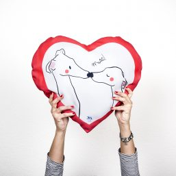 galgos, greyhound beso